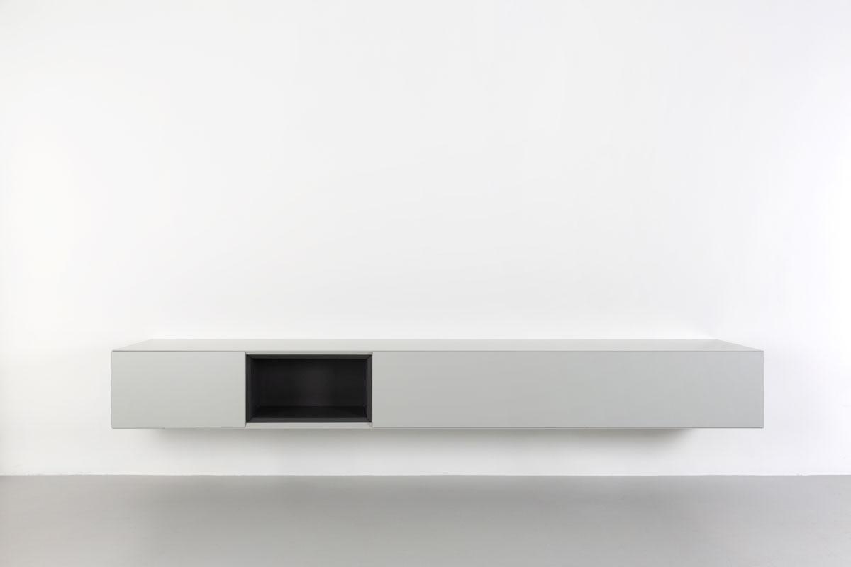 Grijs zwevend tv meubel met zwart open vak 250cm